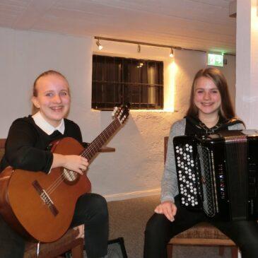 Rebekka Rist-Larsen (gitar) og Anna Grøthe (trekkspill)